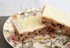 Lemon & Date Slice is such a classic recipe. and is absolutely delicious! A delicious date filled base covered in tangy lemon icing. Lemon Recipes Baking, Lemon Recipes Easy, Sweet Recipes, Date Slice, Peppermint Slice, Bellini Recipe, Thermomix Desserts, Thermomix Bread, Lunch Box Recipes