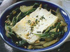 Feta auf Mangoldgemüse mit Pinienkernen | Zeit: 30 Min. | http://eatsmarter.de/rezepte/feta-auf-mangoldgemuese-mit-pinienkernen