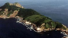 """L'ISOLA DEI SERPENTI - Quest'isola, per quanto possa apparirvi bella e paradisiaca, è altamente mortale: si trova nella costa del Brasile, ed è completamente infestata da serpenti velenosissimi, tant'è che è stata rinominata, appunto, """"l'isola dei serpenti"""" ed è fatto divieto a chiunque di metterci piede!"""