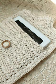 Crochet: iPad case - no pattern but looks easy Love Crochet, Crochet Gifts, Diy Crochet, Crochet Ideas, Crochet Poncho, Blanket Crochet, Crochet Ipad Case, Crochet Phone Cases, Pochette Portable