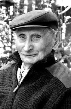 Jan Ambrożewicz (20 XII 1910 - 13 I 2015, Kowal) - skrzypek, pierwszy członek Kapeli Spod Kowala