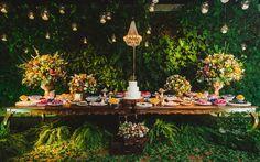 Flores Coloridas, Cerimônia Ao Ar Livre e Muitas Velas e Lustres Em Um Casamento Rústico-Chique no Rio de Janeiro.