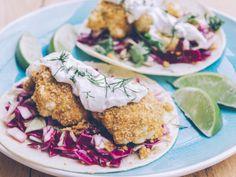 Tacos de chou-fleur croustillant Coleslaw, Sauce Tzatziki, Tacos, Mexican, Burgers, Ethnic Recipes, Wraps, Food, Drizzle Cake