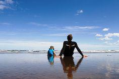 Surfen in Neuseeland macht Spaß, auch wenn ihr mit Kindern unterwegs seid und noch nie auf dem Brett gestanden habt. Versprochen!