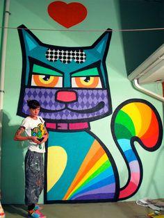 Se você estiver andando por São Paulo e der de cara com alguns gatos coloridos, já sabe: as obras são deCamila Pavanelli, mais conhecida por Minhau – artista plástica paulistana – que alegra as ruas com seus desenhos de gatos. A autora das obras urbanas, lança mão de várias cores e traços livres para que …