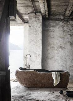 Muubs,le style à l'état brut, matériaux brut, mur en pierres blanches, poutres apparentes, pour le coin salle de bain, au caractère marqué ....