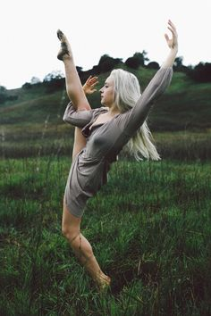 Amazing Dance Photography, Outdoor Dance Photography, Dance in Nature, Ballet Dancer in a Field, Dance Photography Ideas, www.lolagraphy.com