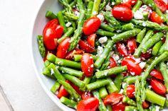 Knackiger Spargel-Salat mit Tomaten und Feta