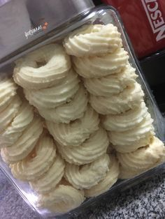 Ingredientes: 200 g de amido de milho 5 colheres (sopa) de farinha de trigo 1 xícara (chá) de manteiga 3 colheres (sopa) de coco rala... Sweet Recipes, Keto Recipes, Homemade Crescent Rolls, Cookie Recipes, Dessert Recipes, Whoopie Pies, Portuguese Recipes, Biscuit Cookies, Holiday Desserts