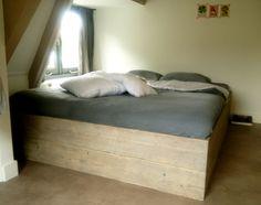 Deze unieke en op maat gemaakte stijlvolle bedden worden vervaardigd van oud steigerhout. De bedden worden optimaal geschuurd en, indien gewenst, in de kleuren 'white wash' of 'grey wash' gebeitst. Voor lage ruimtes of zolders is het bed zonder hoofdbord ideaal vanwege de maximale hoogte van 40cm. Een verhoogd hoofdbord biedt de mogelijkheid het bed naar je eigen stijl te stileren met bijvoorbeeld een lamp, vaas en andere accessoires. Op maat gemaakt: info@mittlifestyle.com Furniture, Home Decor, Decoration Home, Room Decor, Home Furnishings, Home Interior Design, Home Decoration, Interior Design, Arredamento