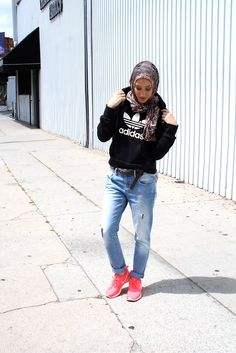 Sporty Look with Hijab. You love sports and want to wear your hijab ,then no worries there are a lot of styles now to carry your sporty look with hijab. You can achieve a supreme sports look with hijab in different ways and you will look trendy as well. Modest Outfits, Modest Fashion, Hijab Fashion, Sport Outfits, Fashion Dresses, Fashion Fashion, Fashion Ideas, Vintage Fashion, Simply Fashion