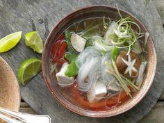 Hähnchen-Glasnudelsuppe mit Zuckerschoten und Paprika: Klar im Aussehen, klar im Geschmack – schnelle und aromastarke Suppe à la Asien.