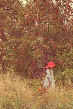 pīlādži koks,meitene,sarkans,cepure,sarkana cepure,pīlādzis, grozs,zaļš koks,zaļš,sarkans,balts,buckthorn,buckthorn tree,red hat,hat,red,dress,white,green Anita Austvika