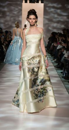 Model wears a creation by Georges Chakra Haute Couture summer 2015 Style Couture, Couture Fashion, Runway Fashion, Fashion Show, Fashion Design, Couture 2015, Spring Couture, Live Fashion, Fashion News