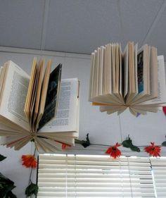 Leuk! Oude en kapotte boeken vragen bij de kringloop en dan ophangen boven de leeshoek.