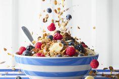Granola wordt vaak gegeten als ontbijt in plaats van cornflakes. Het bestaat uit verschillende noten, fruitsappen, kruiden…