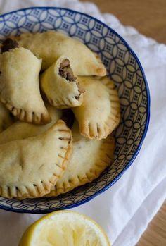 Vous avez été nombreux à apprécier mes recettes de mezze libanais, ce qui me fait très plaisir!, voici donc la suite de mon repas libanais fait maison: des sambousseks à la viande et aux pignons et d'autres au fromage et à la menthe.Alors je ne vais...
