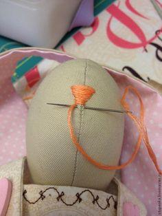 Для работы нам понадобится: ткань хлопок; ножницы зигзаг, ножницы обычные; наполнитель (синтепон); швейная машинка; утюг; карандаш; кружево; пуговицы декоративные; румяна; нитки мулине. 1. Animal Head Decor, Homemade Dolls, Embroidery Flowers Pattern, Fabric Animals, Bunny Crafts, Sewing Dolls, Felt Dolls, Diy Doll, Fabric Dolls