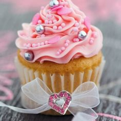 I need to add these pearl things to my list of cupcake decoration options next time we have a decorating party.