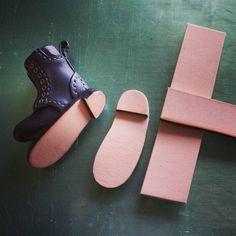 #blythe#ブライス#handmade#ハンドメイド 洗濯機をフル稼働させてる間に靴底を作っています♪  革を張り合わせる→切り出す→コバを染色&磨く こんな感じで作成中♪ 大勢の方々に誉めて頂いて嬉しいです!!ありがとうございます!!