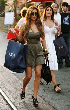 Kim Kardashian Photos - Kim Kardashian sips on a cold beverage as she shops The Grove and Farmers Market with a friend. - Kim Kardashian at The Grove and Farmers Market Looks Kim Kardashian, Kardashian Style, Kardashian Jenner, Kardashian Fashion, Kardashian Kollection, Kardashian Dresses, Kardashian Photos, Kim K Style, My Style