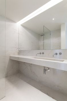 Marble wet room. Apartment MR by PHDD Arquitectos. © Francisco Nogueira.