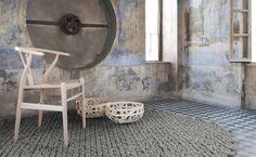 un beau tapis en laine gris et rond au design original