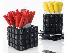 Des touches de clavier utilisées pour décorer un pot à crayon geek