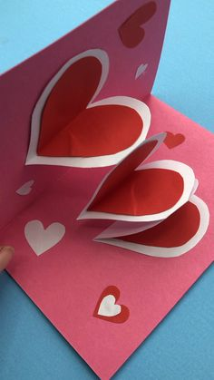 This is a super easy pop up heart card that the kids will ADORE making! So fun and super addictive. Perfect for Mother's Day (why not add the children's photos) or Valentine's Day! Change the colours and it makes a great Pop Up Birthday Card too. Kids Crafts, Valentine Crafts For Kids, Mothers Day Crafts, Valentines Diy, Kids Diy, Handmade Valentines Cards, Decor Crafts, Pop Up Valentine Cards, Handmade Cards