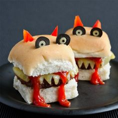 Beef up boring burgers with some beastly horns, eyes and tomato sauce spooky halloween food Entree Halloween, Comida De Halloween Ideas, Scary Halloween Food, Dessert Halloween, Scary Food, Hallowen Food, Spooky Food, Halloween Party Snacks, Happy Halloween