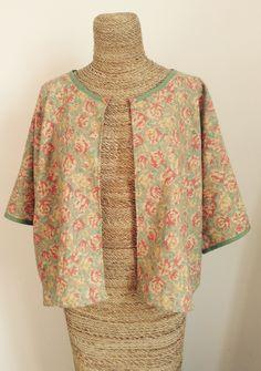 Mon joli Haut de kimono avec un tissu fleuri japonais Kokka dégoté à Barcelone chez Ninuya. Biais sur le col et les manches. Boutons tissés en perles miyuki.