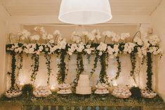 mesa do bolo com orquídeas suspensas e mosquitinhos na mesa, efeito interessante!