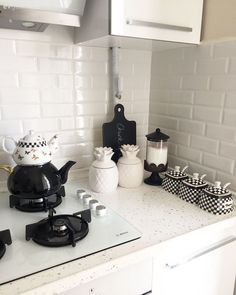 Modern Kitchen Metro Ceramic Countertop Ceramic White Kitchen Kitchen Black and White Kitchen Accessory Interior Design Living Room, Modern Interior, Modern Decor, Black Kitchens, Kitchen Black, Kitchen Modern, Duplex House, Home Decor Kitchen, Vintage Home Decor