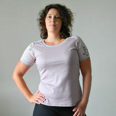 Triko..starorůž.....L/42 Pohodlné tričko je ušité z velmi příjemných materiálů. Složení úpletu je 100% bavlna.Starorůžová v kombinaci s jemným proužkem a šedýmlemováním, černý a šedý potisk. Velikost: větší L Rozměry trika: Prsa: 100 cm Pas: 90 cm Boky: 102 cm celková délka: 67 cm Na přání Vám ušiji tričko i v jiné velikosti...