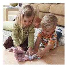 Cu ajutorul spumei de modelat, copiii isi pot exprima liber creativitatea, fara a lasa mizerie in urma. Doar framanta spuma si ofera-i conturul dorit, apoi o poti face ghemotoc si o poti pune la pastrare. Nu se usuca, asadar poate fi remodelata si iar remodelata. Culorile stralucitoare si aspectul spumei de modelat permit copilului sa isi dezvolte abilitatile de indemanare fara sa dea prea multa bataie de cap parintilor.