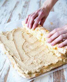 Ellen Svinhufvudin kakku on yksi rakastetuimpia klassikoitamme, joka viettelee marengin, mantelin ja kahvin yhdistelmällä. Omassa lapsuudessani tämä kakku oli harvinaisuus, jota oli tarjolla vain arvokkaissa ja isoissa juhlissa. Silloinkin kakku oli tilattu konditoriasta. Ellenin kakun kiehtova makumaailma puhutteli minua myös uutta kirjaa leipoessani - sieltä löytyy Ellen Svinhufvudin pikkuleivät. Kääretorttureseptiä varten päätin kokeilla kovien marenkipohjalevyjen […] Baking Recipes, Cake Recipes, Dessert Recipes, Delicious Desserts, Yummy Food, Star Food, Sweet Bakery, Food Picks, Sweet Pastries