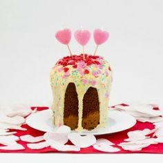 Valentinstag steht vor der Tür. Dieses Set ist für Alle, die mit einem Haufen Herzen, Herzkerzen und leckerem Kuchen Ihre Verliebtheit zum Ausdruck bringen möchten. Und weil der ganze Zucker nicht schon süß genug ist - kommt noch eine fantastische Herzchenkanone mit ins Päckchen und verschießt im Handumdrehen 200 weisse Herzen im ganzen Raum. Hach, romantisch!