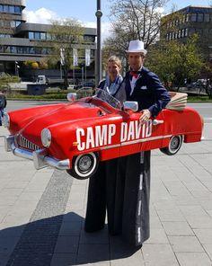 Das rote Cabrio auf Stelzen von Björn de Vils Stelzentheater ist ein absoluter Hingucker und nicht nur das, denn das Stelzenkostüm kann sind in der Mitte teilen.