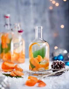 Try our Christmas gin recipe with clementine, ginger and bay. Make your own gin for an easy Christmas gift. Easy spiced homemade gin for Christmas presents Le Gin, Gin Bar, Christmas Gin, Edible Christmas Gifts, Italian Christmas, Christmas Hamper Ideas Homemade, Christmas Presents, Christmas Mocktails, Herbs