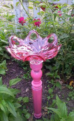"""Pretty in pink"" glass birdbath Garden Totems, Glass Garden Art, Glass Art, Glass Bird Bath, Diy Bird Bath, Flower Plates, Glass Flowers, Garden Crafts, Garden Projects"