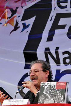 """Nezahualcóyotl, Méx. 27 Junio 2013. Paco Taibo II narró las peripecias para que su libro """"Pancho Villa Toma Zacatecas"""", saliera felizmente a la luz."""