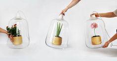 Deze multifunctionele lamp zorgt niet alleen voor sfeervolle verlichting, het zorgt er ook nog eens voor dat je plant voldoende licht krijgt. Dankzij de LED-verlichting krijgen planten die veel licht nodig hebben de juiste aandacht. Door de twee gaten die zich in het glas bevinden zet je heel eenvoudig het plantje in de houten pot. […]