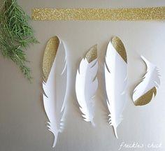 Eleganti, originali e decorative le piume di carta sono facili da realizzare e si prestano a tantissime idee decor e progetti di crafting.