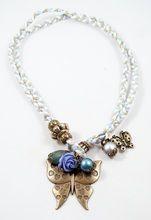 Bixut - Collar Coraline azul. Realizado en ágata, ante, lazo y piezas de metal de fantasía.