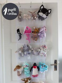 """Rensa i barnrummet - från boken """"Organisera och förvara hemma - ett projket i veckan"""". Foto: Ulf Huett / Declutter your childrens' room - one project per week. And here is a way to storage cuddly toys."""