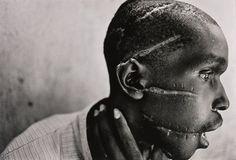 1994 - Rwanda. Hutu toegetakeld door een Hutu-militie die hem  ervan verdacht Tutsi-sympathiën te hebben.