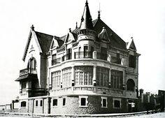 Residencia veraniega de la familia Cantilo 1907 Mar del Plata Prov. de Bs. As. Vintage Architecture, Old Buildings, Old Houses, Art Nouveau, Castle, Louvre, World, Pictures, Photos