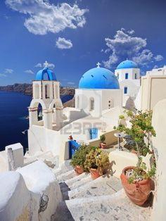 Vista de la cúpula de la iglesia azul en Oia aldea en la isla de Santorini, Grecia