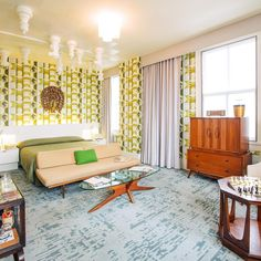 """""""O Gambito da Rainha"""", a série sucesso da Netflix, foi homenageado na última semana com um quarto temático no hotel 21c Museum. Localizado na cidade de Lexington, no estado norte-americano de Kentucky — local de origem da protagonista Beth Harmon —, o ambiente é decorado com peças de xadrez suspensas no teto e mobília dos anos 1960.  'O Gambito da Rainha': quarto de hotel homenageia série sucesso da Netflix (Foto"""