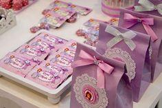 Está procurando muitas ideias para a festinha da Festa Princesa Sofia? Veja aqui 41 ideias com muitas inspirações como roupa, decoração e lembrancinhas.